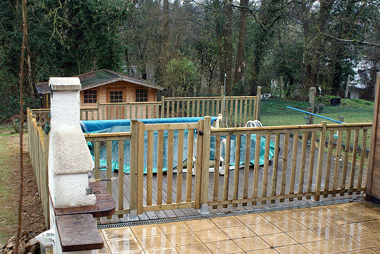 Barriere piscine terrasse bois diverses id es de conception de patio en bois pour for Barriere de jardin metallique